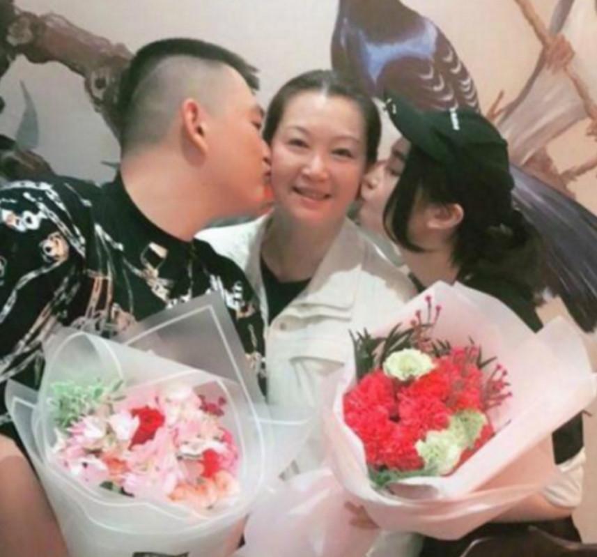 赵本山第二任妻子马丽娟现身   不料却被女儿的脸抢了镜