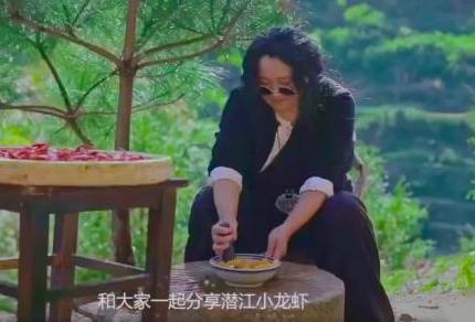 你所不知的大野密探背锅侠成名之路    视频中的她俨然是位写意的野生侠客