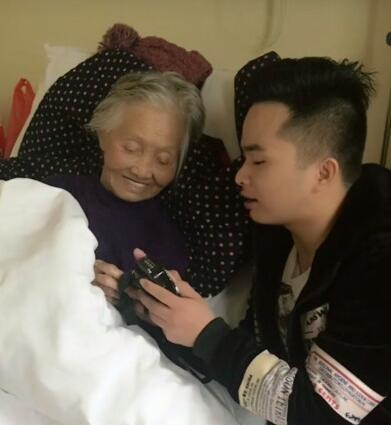 快手草根网红时尚奶奶去世   阿龙发作品痛哭流涕