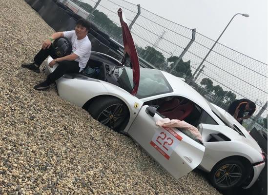 """皮蛋直播时法拉利过弯""""飞出""""赛道    驾驶的法拉利488撞坏了"""