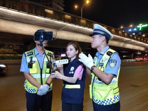 冯提莫直播交警 弘扬正能量  在马路上和交警一起查酒驾
