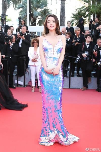 YY一姐崔阿扎亮相戛纳红毯 盛装打扮被赞美人鱼上岸