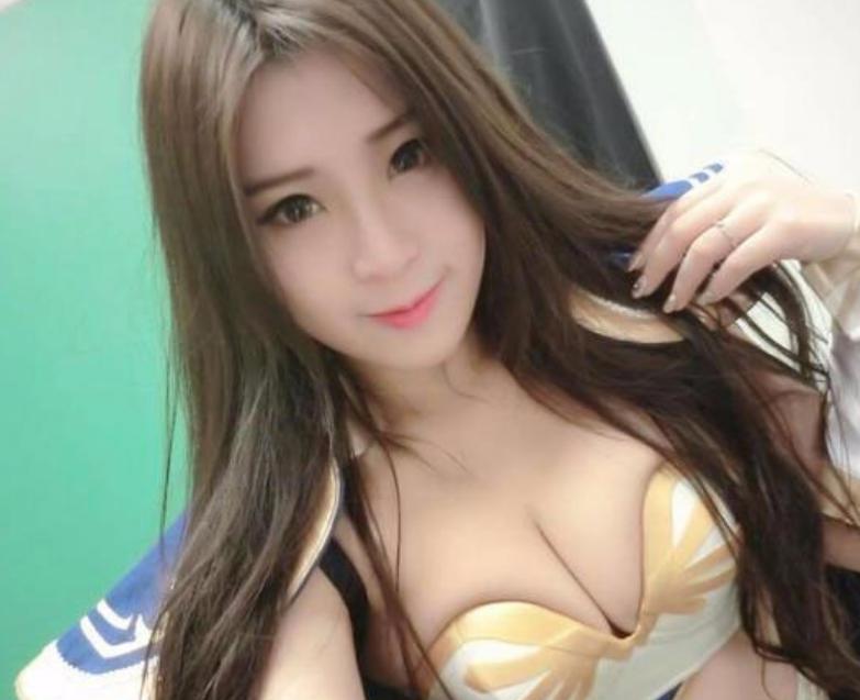 Yumi.k薄纱上衣搭高铁     造型火辣又甜