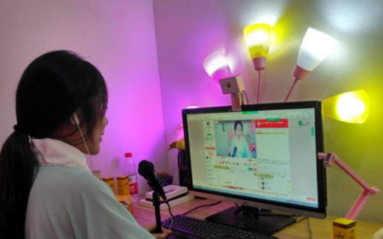 重庆女主播酷似阿娇走红   月收入在10万以上
