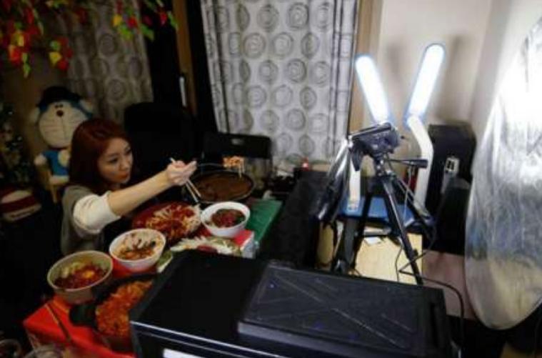 韩国美女每天直播吃饭月入5.4万元   吃播最近真的很火