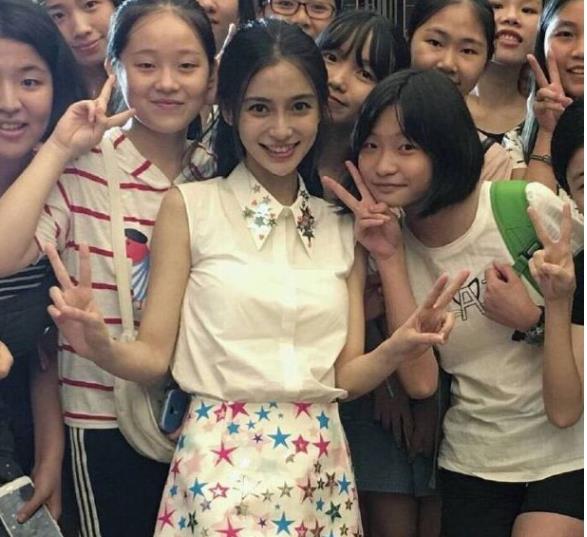 杨颖当众被男粉丝疯狂拥抱  Angelababy一脸无奈劝理性追星