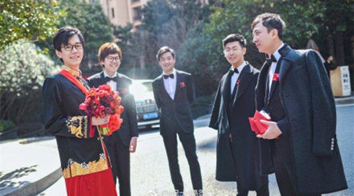 伍声2009婚礼曝光 王思聪当伴郎婚车清一色劳斯莱斯