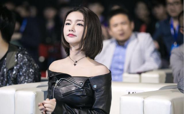 Miss受邀参加TGA现场 大小姐穿着黑皮夹霸气亮相惊艳全场
