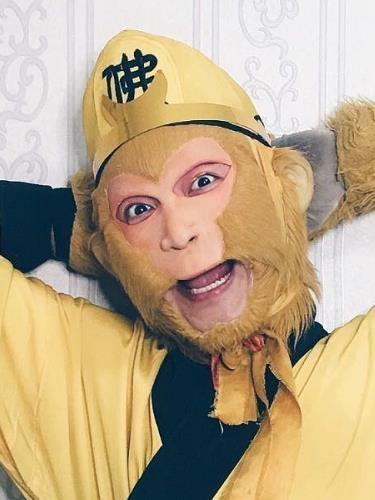 天津猴哥吃东西 天津猴哥带着面具装孙悟空太假了