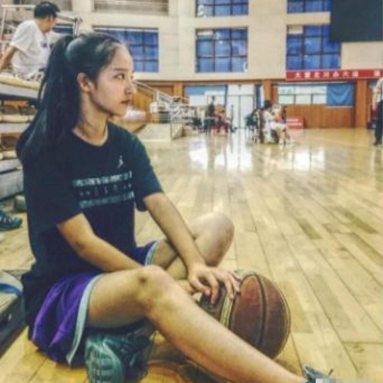 仲qiuqiu怎么就火了 高颜值的她成为了篮球小子们的女神