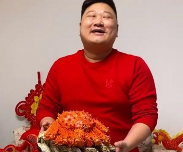 麻辣德子年龄资料简介 双手合十求赞被称抖音最礼貌厨师